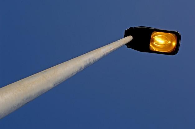 Een lantaarnpaal bij het vallen van de avond