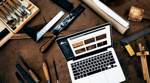 Een laptop in een houten winkel