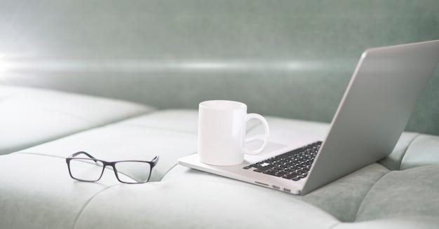 Een laptop thuis, een simpele werkplek voor een freelancer, online werken, telewerken tijdens covid coronavirus pandemie