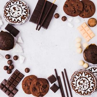 Een leeg frame gemaakt met chocoladeproducten op witte achtergrond