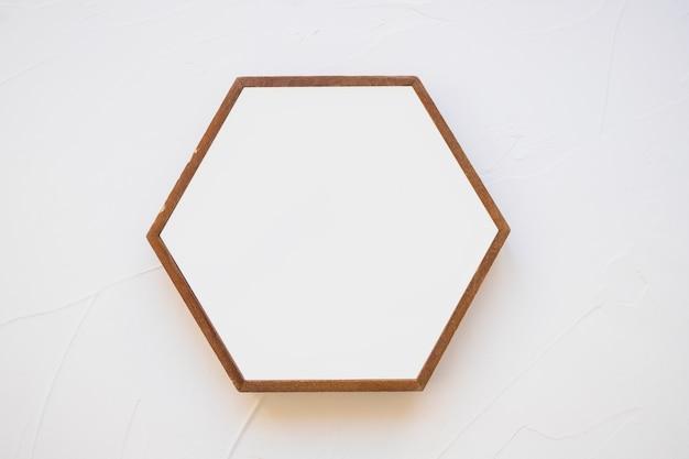 Een leeg hexagon kader tegen witte achtergrond