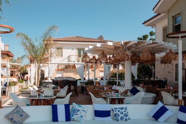 Een leeg omheind restaurant zonder gasten in de open lucht in turkije. het concept van toerisme tijdens de pandemie.