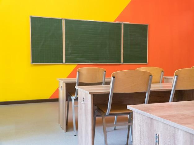 Een leeg schoolklaslokaal met een bord. interieur van een schoolklas