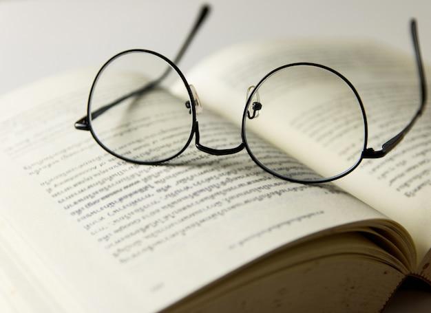 Een leesbril op open boeken