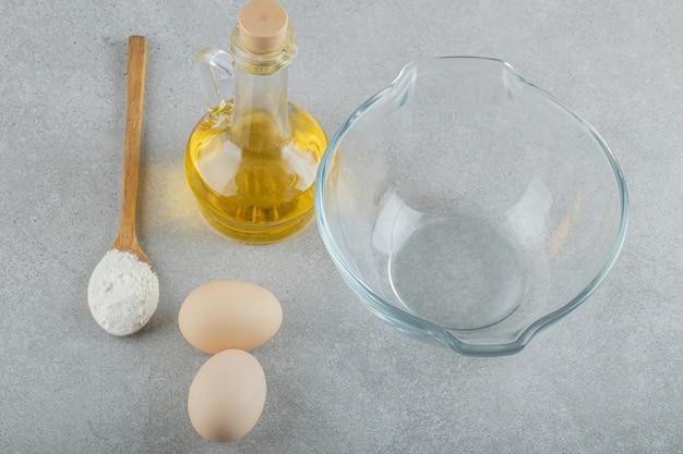 Een lege glasplaat met verse kippen verse eieren.