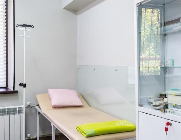 Een lege kamer in een moderne kliniek