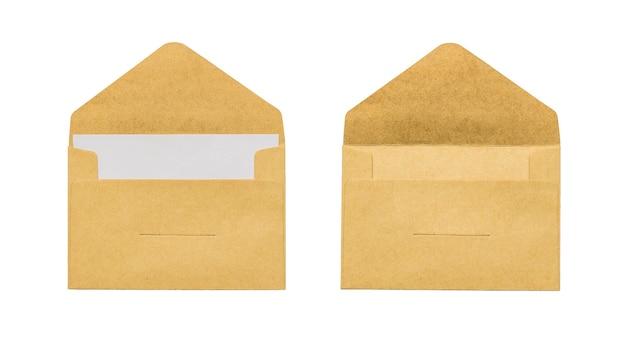 Een lege post envelop en een envelop met een brief geïsoleerd op een witte achtergrond. plat leggen.