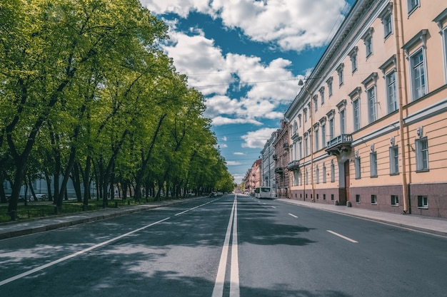 Een lege stad zonder mensen. straat van het historische centrum van st. petersburg. sint petersburg. rusland