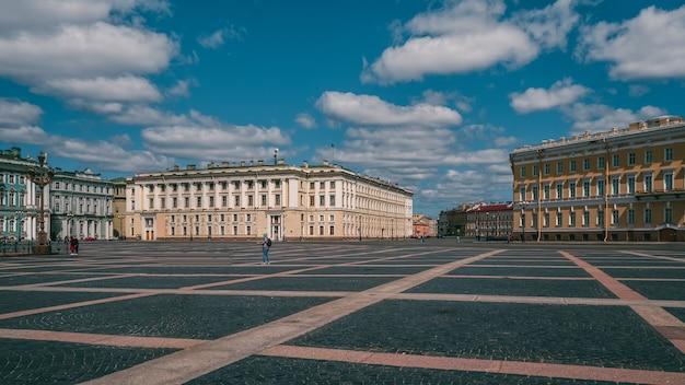 Een lege stad zonder toeristen. straat van het historische centrum van st. petersburg
