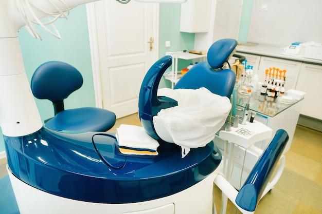 Een lege stoel in het kantoor van de tandarts. leeg tandartspraktijk.