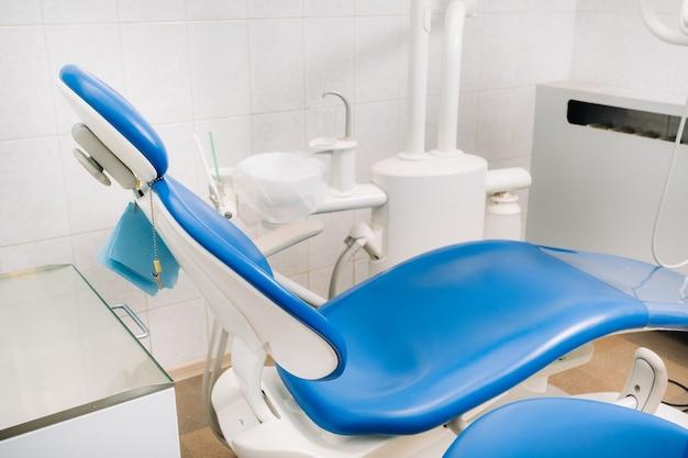Een lege stoel in het kantoor van de tandarts. lege tandartspraktijk.