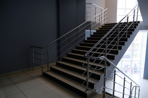 Een lege trap in een kantoorgebouw