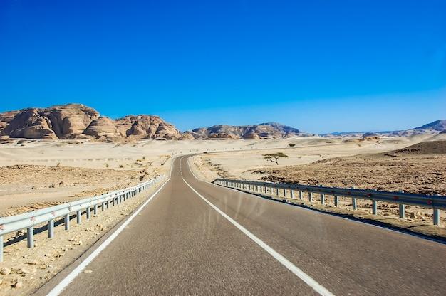 Een lege woestijnweg in afrika.