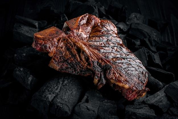 Een lekkere malse gemarineerde tbone steak grillen op een kolen