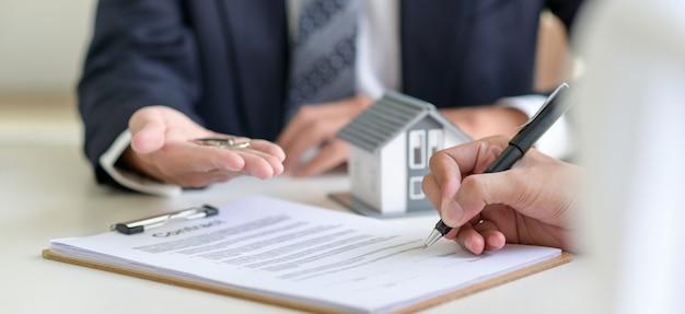 Een lening ondertekenen voor een woningaankoop.