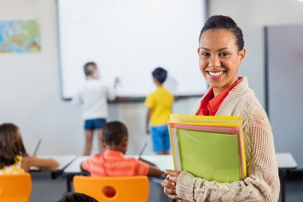Een leraar die bij camera glimlacht