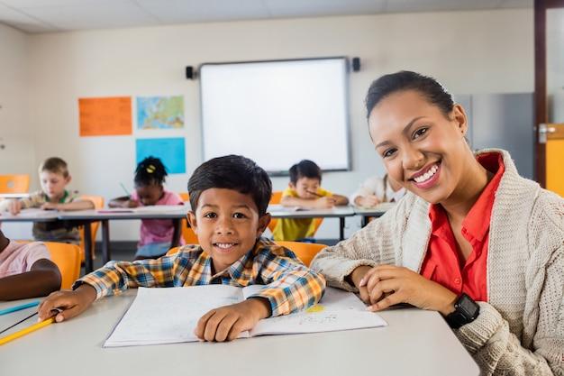 Een leraar die met jongen stelt
