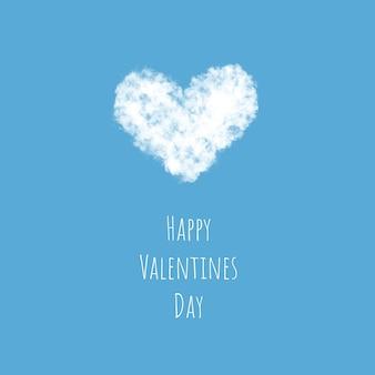 Een lichte, donzige witte wolk in de vorm van een hart vliegt door de lucht, het concept van valentijnsdag.