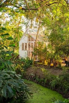 Een lichte en luchtige gemeubileerde serre (serre) in de tuin. engelse landelijke stijl.