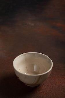 Een lichte kop op bruine tafel