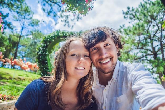 Een liefdevol paar op de achtergrond een struik in de vorm van een hart st valentijnsdag