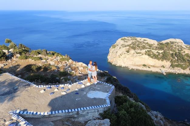Een liefdevol stel en een prachtig uitzicht over de zee.