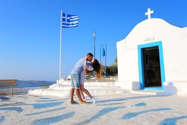 Een liefdevol stel en een prachtig uitzicht, rhodos, griekenland.