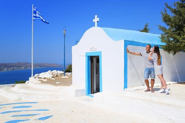 Een liefdevol stel en een prachtig uitzicht. rhodos, griekenland.