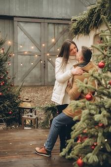 Een liefdevol stel in de buurt van de hangar siert een kerstboom