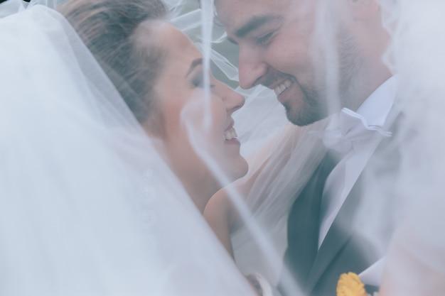 Een lieve kus. bruid en bruidegom op de bruiloft