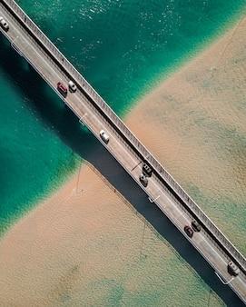 Een loodrechte opname van een smalle brug