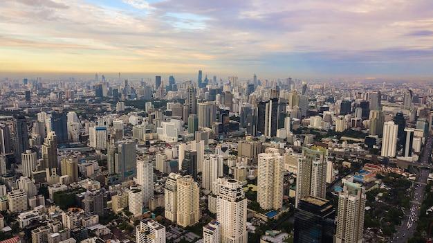 Een luchtfoto van de stad