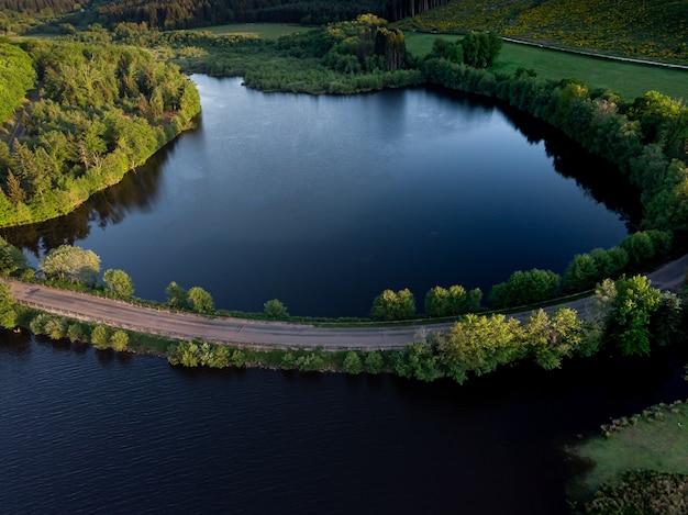 Een luchtfoto van een lege weg over de rivier