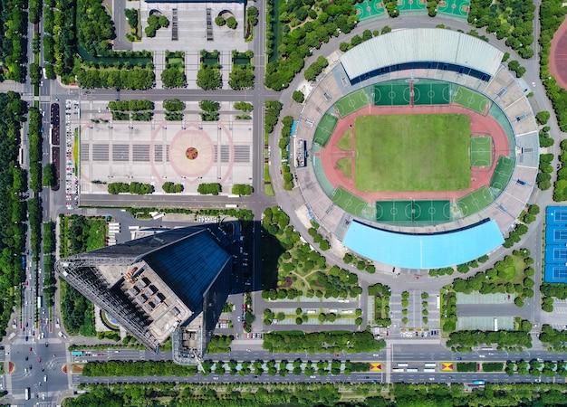 Een luchtfoto van een museum en voetbalstadion