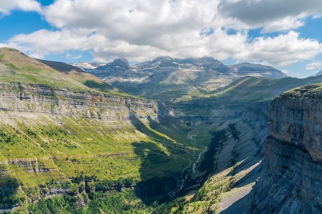 Een luchtfoto van het natuurpark ordesa, huesca