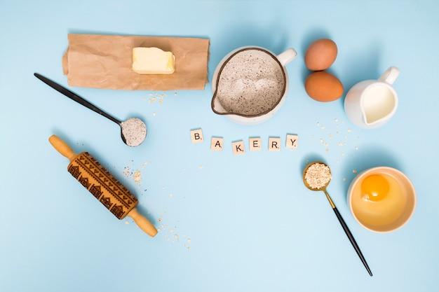 Een luchtmening van bakkerijblokken met broodingrediënten op blauwe achtergrond