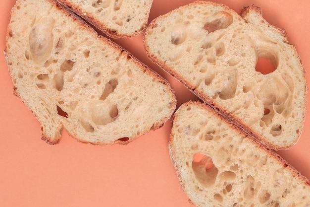 Een luchtmeningplakken van vers brood op gekleurde achtergrond