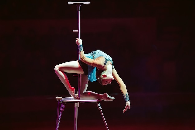 Een luchtturner toont een optreden in de circusarena.