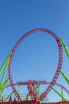Een lus van een achtbaan tegen de blauwe lucht
