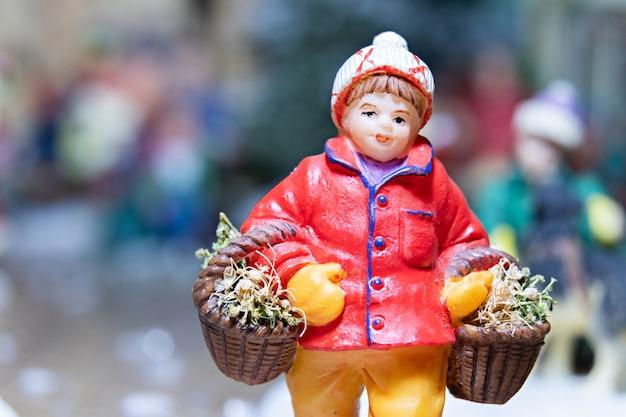 Een macrofoto van een porseleinen kerstbeeldje in een kerstmodel