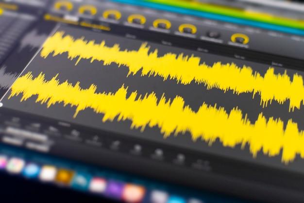 Een macroweergave van het computerscherm met geluidsgolfgrafiekvolume