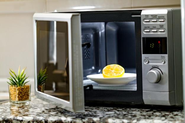 Een magnetron schoonmaken met citroen