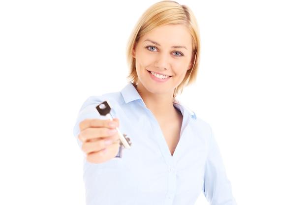 Een makelaar toont de sleutel