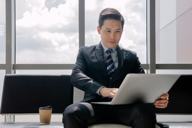 Een man aan het werk met een notebook koffie drinken