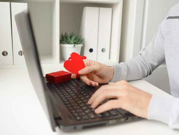 Een man achter een laptop communiceert en feliciteert en stuurt brieven