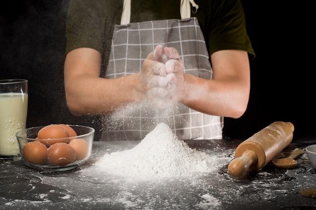 Een man bakt zelfgemaakte bakkerij