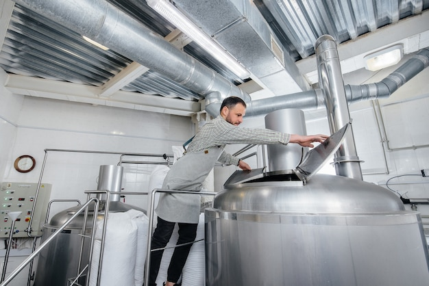 Een man bereidt bier in een brouwerij.