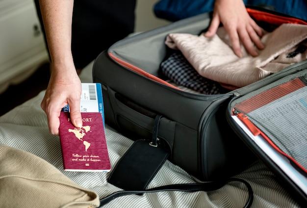 Een man bereidt zich voor op reizen
