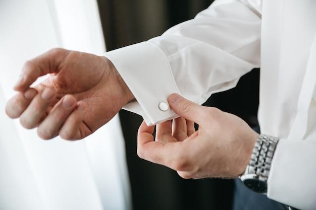 Een man bereidt zich voor op zijn bruiloft