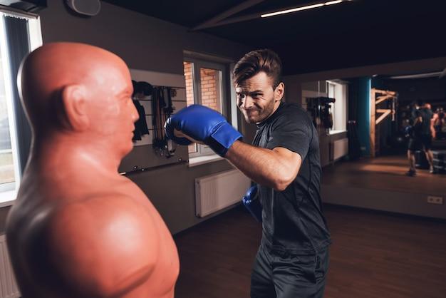 Een man bokst in de sportschool. hij leidt een gezonde levensstijl